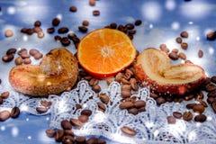 Les tranches de mandarine, biscuits, coeurs, arc 30 de dentelle Photo libre de droits