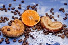 Les tranches de mandarine, biscuits, coeurs, arc 34 de dentelle Photo libre de droits