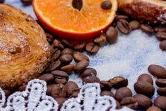 Les tranches de mandarine, biscuits, coeurs, arc 40 de dentelle Photographie stock