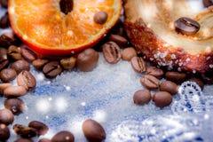 Les tranches de mandarine, biscuits, coeurs, arc 41 de dentelle Images stock