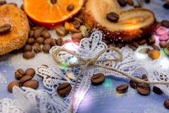 Les tranches de mandarine, biscuits, coeurs, arc 48 de dentelle Photographie stock