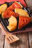 Les tranches de pastèque et de melon mûrs dans une casserole grillent le plan rapproché Vert Photos stock