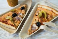 Les tranches de pizza est d'un plat en bois Images libres de droits