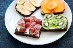 Les tranches de variété de pain de seigle grillent avec des fruits Kaki de banane, Photos libres de droits