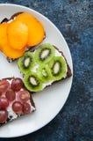 Les tranches de variété de pain de seigle grillent avec des fruits Kaki de banane, Photographie stock