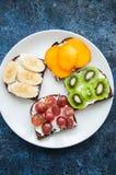 Les tranches de variété de pain de seigle grillent avec des fruits Kaki de banane, Image stock