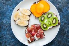Les tranches de variété de pain de seigle grillent avec des fruits Kaki de banane, Photo libre de droits