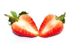 Les tranches et une demi fraise rouge simple sur la fraise poussent des feuilles Photos stock