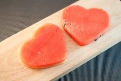 Les tranches fraîches de pastèque dans le coeur forment Photographie stock