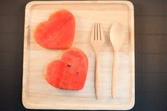 Les tranches fraîches de pastèque dans le coeur forment Photo libre de droits