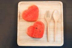 Les tranches fraîches de pastèque dans le coeur forment Image stock