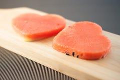 Les tranches fraîches de pastèque dans le coeur forment Images stock
