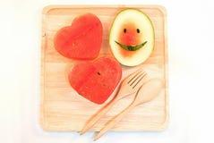 Les tranches fraîches de pastèque dans le coeur forment Photographie stock libre de droits