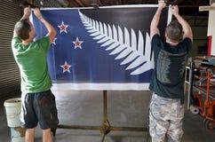 Les travailleurs accrochent l'aprint de la fougère argentée (noir, blanc et bleu) f Images libres de droits