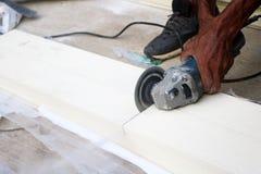 Les travailleurs asiatiques employant la circulaire électrique ont vu couper le bois artificiel Photos libres de droits