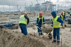 Les travailleurs basent pour le grand réservoir de stockage de pétrole Image libre de droits