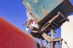 Les travailleurs chargent des déchets du réservoir dans un camion à ordures spécialisé de voiture Une voiture spécialisée enlève  photo libre de droits
