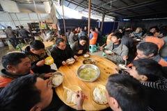 Les travailleurs chinois prennent le déjeuner Photos libres de droits