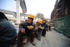 Les travailleurs chinois prennent le déjeuner Photo libre de droits