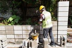Les travailleurs construisant le bâtiment ébruitent des murs de barrière au highwa occupé Photo stock