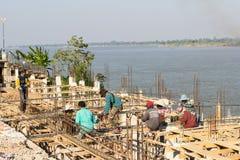 Les travailleurs construisent le pilier près du Mekong près de t Image libre de droits