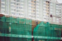 Les travailleurs construisent une maison résidentielle images libres de droits