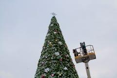 Les travailleurs décorent un arbre de Noël à Volgograd Photos stock