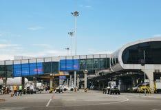 Les travailleurs d'aéroport au ` s Santos Dumont Airport de Rio de Janeiro exercent des droits sur un avion d'avion de ligne de G Image stock