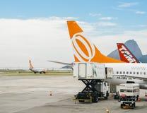 Les travailleurs d'aéroport au ` s Santos Dumont Airport de Rio de Janeiro exercent des droits sur un avion d'avion de ligne de G Photographie stock libre de droits