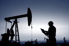 les travailleurs d'huile travaillent image stock