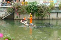 Les travailleurs d'hygiène nettoient des déchets de rivière image libre de droits