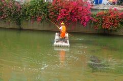 Les travailleurs d'hygiène nettoient des déchets de rivière images libres de droits