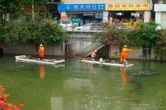 Les travailleurs d'hygiène nettoient des déchets de rivière photos libres de droits