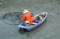 Les travailleurs d'hygiène nettoient les déchets en rivière photo libre de droits