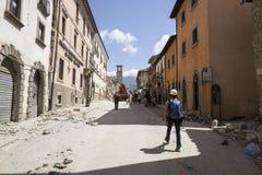 Les travailleurs dans l'urgence de Rieti campent dans Amatrice endommagé par tremblement de terre, Italie Photographie stock libre de droits