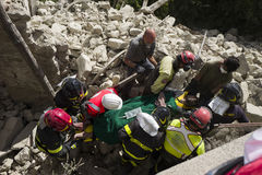 Les travailleurs dans le tremblement de terre endommagent, Pescara del Tronto, Italie Photographie stock libre de droits