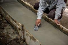 Les travailleurs de la construction d'homme de la Thaïlande plâtraient Image libre de droits