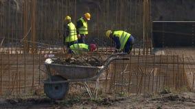 Les travailleurs de la construction mènent à bien des travaux de renfort banque de vidéos