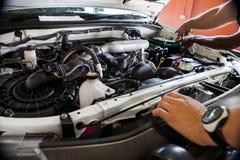 Les travailleurs de location préparent la voiture pour la location photographie stock libre de droits