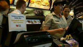 Les travailleurs de McDonalds servent leurs clients banque de vidéos