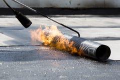 Les travailleurs de route imperméabilisent le feu de chalumeau de pont Photo libre de droits
