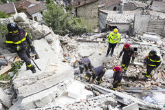 Les travailleurs de secours dans le tremblement de terre endommagent, Pescara del Tronto, Italie Photographie stock libre de droits