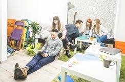 Les travailleurs des employés des jeunes ayant la coupure commencent dedans le bureau Image libre de droits