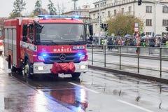Les travailleurs des sapeurs-pompiers montent le camion de pompiers sur le d photographie stock libre de droits