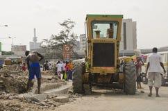 Les travailleurs entretiennent une route Images libres de droits