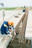 Les travailleurs font le bindingon de garnitures Image libre de droits