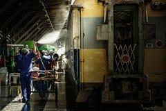 Les travailleurs lavent le train Images libres de droits