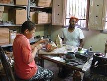 les travailleurs le vieux Caire faisant la poterie fabriquée à la main dans le secteur le Caire de fostat fokhareen des gergis co image libre de droits