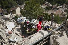 Les travailleurs lourds d'équipement et de secours dans le tremblement de terre endommagent, Pescara del Tronto, Italie Images libres de droits