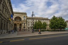 Les travailleurs marchent pendant le jour de début de la matinée Piazza Della Scala image libre de droits